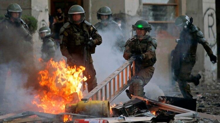 Choques violentos durante una protesta en Chile (Photo by JAVIER TORRES / AFP)