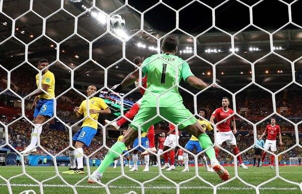 Alisson no tuvo reacción en el gol de Suiza que concretó el empate de Brasil (Foto: REUTERS/Marko Djurica)