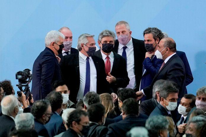 Los seis nuevos ministros y el flamante comunicación, los funcionarios que asumieron en la jornada de ayer en la Casa Rosada (EFE/Natacha Pisarenko POOL)