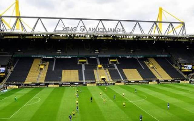 Así lucía el Signal Iduna Park durante el derby Borussia Dortmund y Schalke 04, uno de los partidos más emocionantes de la Bundesliga (REUTERS)