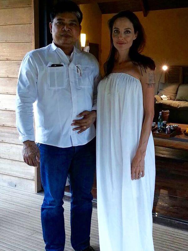 Angelina Jolie con Kanpei. Ya lo había visitado en 2003 y 2004 para que le tatuara su espalda. Es uno de los artistas más caros de los famosos y está radicado en Camboya (Grosby Group)