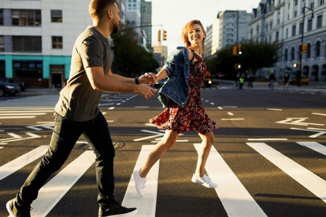 Caminar después de las comidas. Se recomienda hacer al menos 100 pasos para ayudar la digestión (Shutterstock)