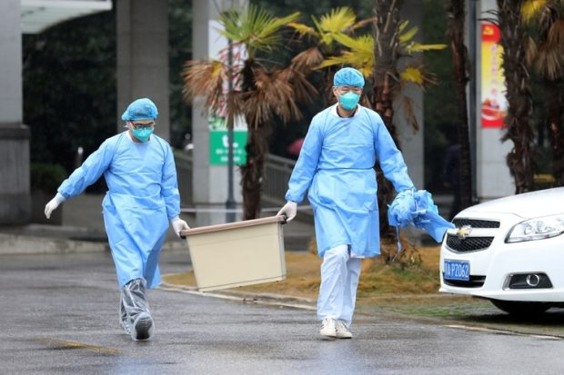 El equipo médico lleva una caja mientras camina hacia el hospital Jinyintan, donde hay pacientes con neumonía causada por la nueva cepa de coronavirus bajo tratamiento, en Wuhan, provincia de Hubei, China. 10 de enero de 2020. REUTERS/Stringer.
