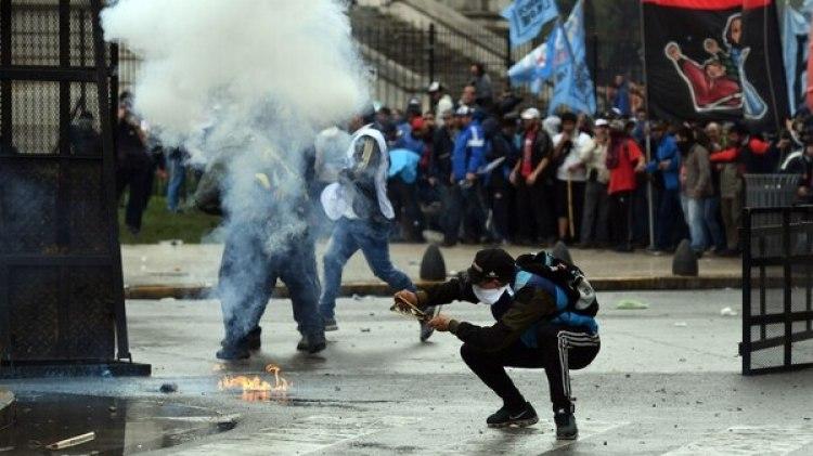 Los atacantes utilizaron piedras, palos y bombas molotov