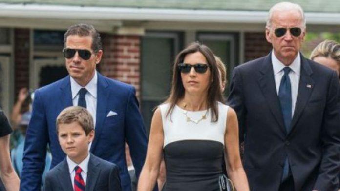 Hunter Biden, su cuñadaHallie, el ex vice presidente Joe Biden durante el funeral de Beau Biden el 6 de junio de 2015 (AP)