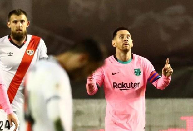 El festejo de gol de Messi en Vallecas. Luego se reencontró con su ex compañero Armenteros (REUTERS/Sergio Pérez)