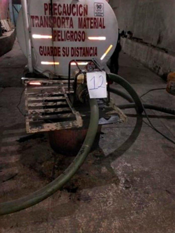 En total fueron asegurados 120 mil litros de combustible en 7 pipas y cinco contenedores (Foto: FGR)