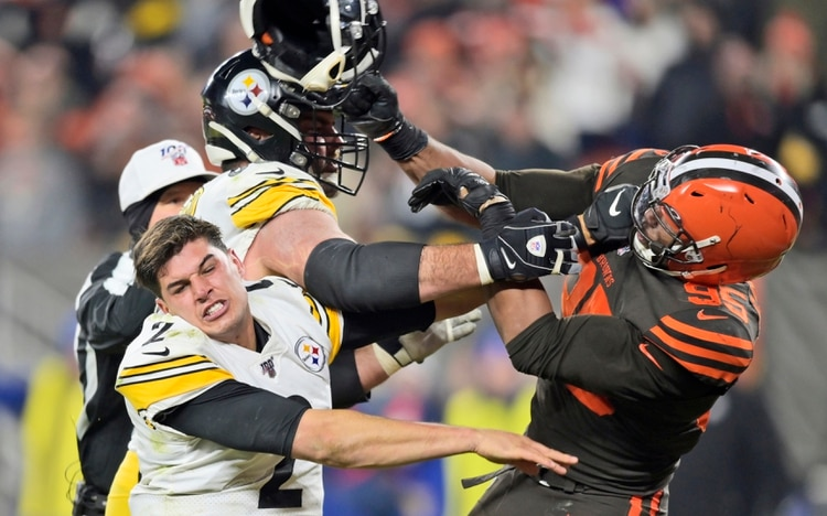 La feroz pelea entre Myles Garrett, de los Cleveland Browns, y Maso Rudolph, de los Pittsburgh Steelers (AP Photo/David Richard)