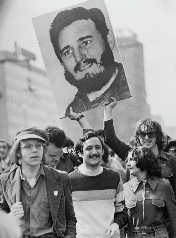 Primero de mayo de 1975, alemanes del Este sostienen una pancarta con la cara de Fidel Castro (Photo by Michael Nitzschke/Shutterstock)