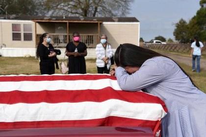 Una mujer llora la muerte de su marido en San Felipe, Texas. Estados Unidos es el país más afectado por la pandemia (REUTERS/Callaghan O'Hare)
