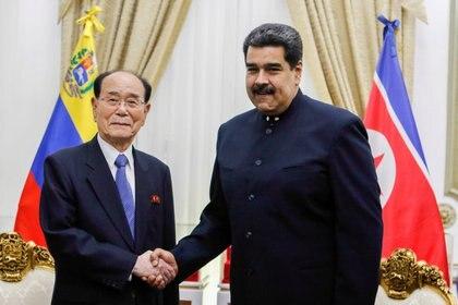 El presidente de la Asamblea Suprema del Pueblo de Corea del Norte, Kim Yong-nam, y el dictador venezolano Nicolás Maduro tras una reunión en el Palacio de Miraflores (Palacio de Miraflores via REUTERS)