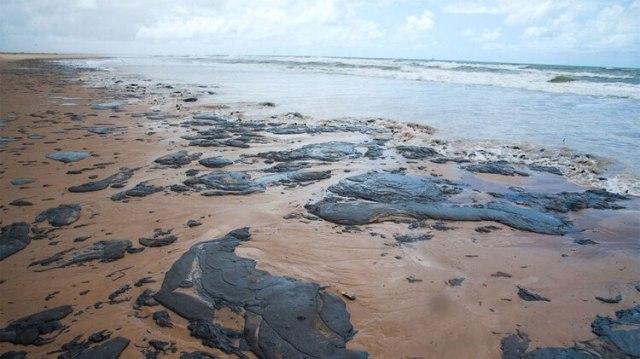 Petróleo derramado en una playa en Pirambu, estado de Sergipe (AFP)