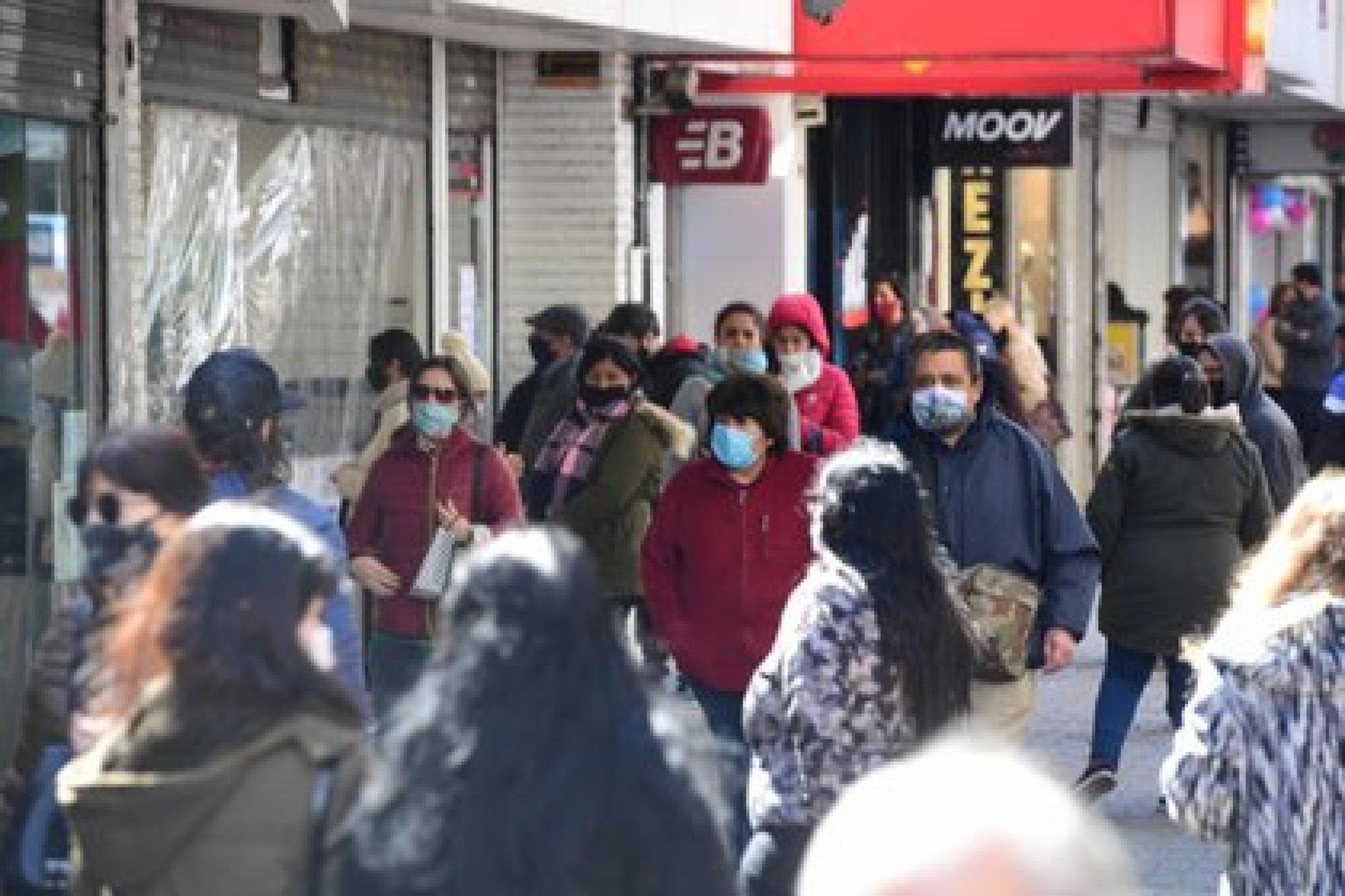 La modalidad delivery o take away no impide la aglomeración de gente en las veredas de las zonas comerciales (Quilmes)