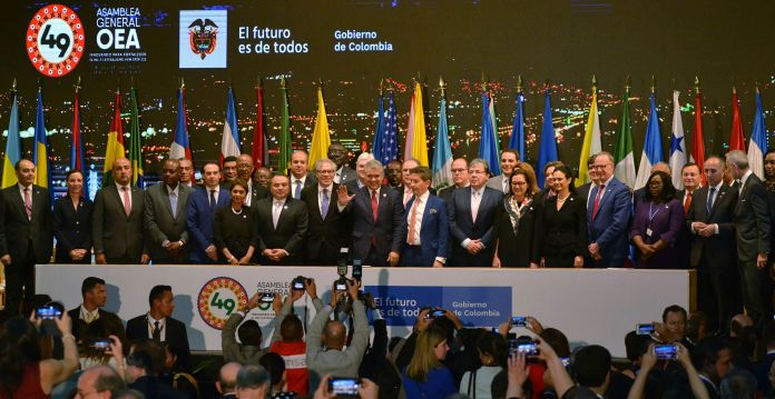 Los asistentes al culminar el evento de la OEA en Medellín. (AP Photo/Luis Benavides)