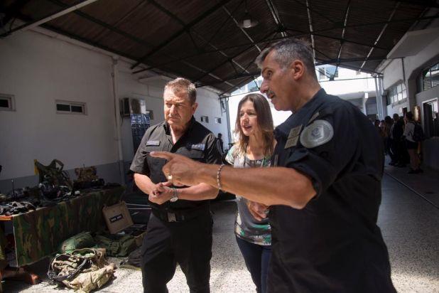 Osvaldo Mato con Sabina Frederic y Néstor Roncaglia en el Cuerpo de Policía Montada.
