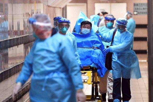 Personal médico transfiere a un paciente con un caso altamente sospechoso de un nuevo coronavirus en el Hospital Queen Elizabeth en Hong Kong el 22 de enero de 2020 (cnsphoto vía Reuters)