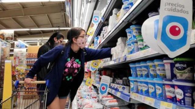 La caída fue más fuerte en las grandes cadenas de supermercados (REUTERS/Agustin Marcarian)
