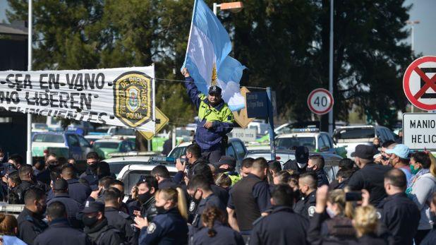 Policía escuchando anuncios en Departamental La Matanza