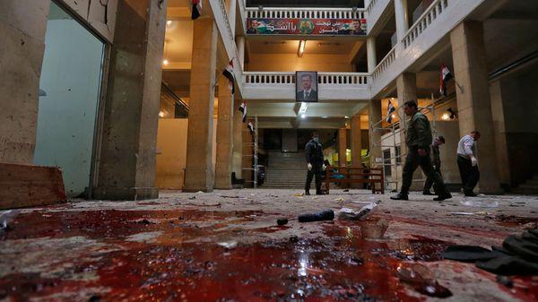El primer ataque se produjo cerca del mediodía cuando un kamikaze vestido como militar se hizo estallar dentro de los tribunales (AFP)