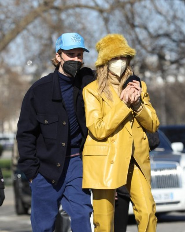 Photo © 2021 KCS Presse/The Grosby Group February 28, 2021. Justin Bieber and wife Hailey go on a romantic scroll on the streets of Paris.