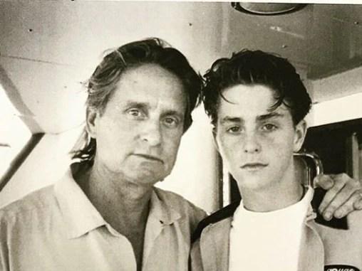 Michael Douglas y su hijo Cameron en la foto que ilustra la cubierta del libro. (Instagram Cameron Douglas)