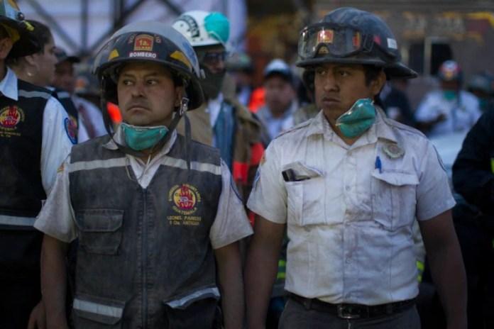 Bomberos durante las operaciones de evacuación (AP/Luis Soto)