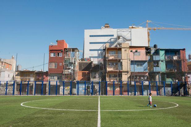 La integración que impulsa el gobierno porteño: cancha de pasto sintético del barrio Güemes (foto: Gastón Taylor)
