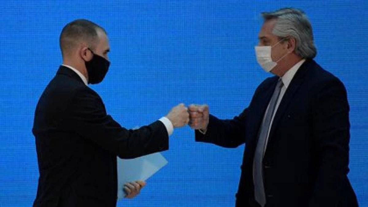 Alberto Fernández y Martín Guzmán (Juan Mabromata/Pool via REUTERS)