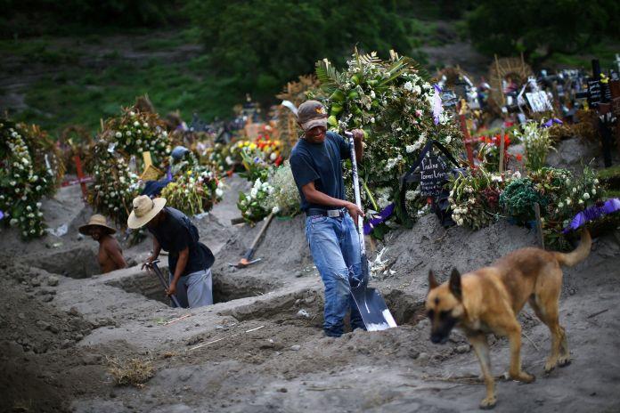Trabajadores cavan tumbas en el cementerio Xico, en las afueras de Ciudad de México (Reuters)