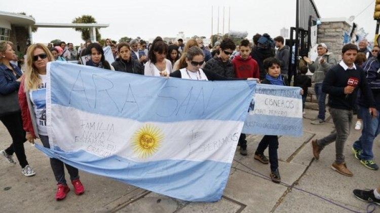 """En las banderas y en los carteles se repite una misma expresión: """"Te esperamos"""""""