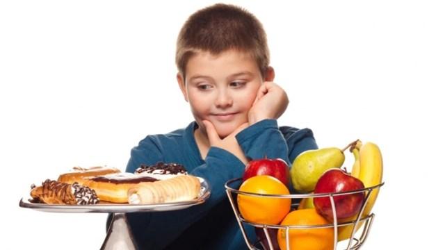 Comer sano o no, es parte de la educación que un chico debe recibir (iStock)