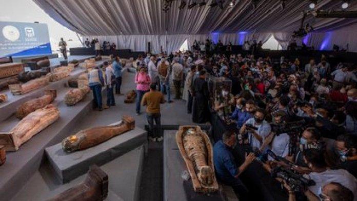 Los ataúdes de madera sellados pertenecían a altos responsables de la Baja época (entre 700 y 300 años A.C.) y del período ptolemaico (323 a 30 A.C.) (AP/Nariman El-Mofty)