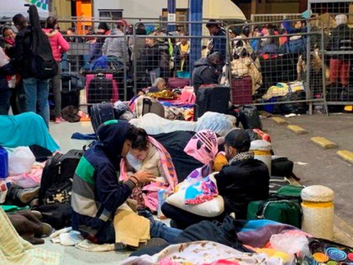 En la imagen, migrantes venezolanos en la terminal de Rumichaca, en la frontera entre Colombia y Ecuador. EFE/ Elías L. Benarroch/Archivo
