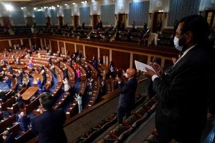 Los miembros del Congreso aplauden mientras el presidente de los Estados Unidos, Joe Biden, habla en una sesión conjunta del Congreso en la Cámara de la Cámara en el Capitolio de los Estados Unidos en Washington. Andrew Harnik/Pool via REUTERS