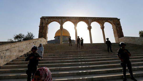 La policía israelí custodia los alrededores de la mezquita Al Aqsa ante las amenazas de seguridad. (Reuters)