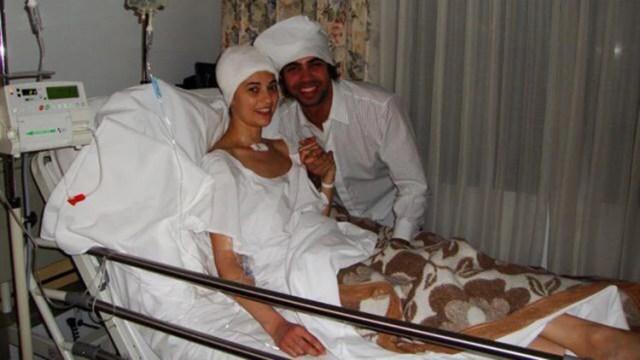 """Verónica con su hermano, Gabriel Perdomo, quien tomó papel higiénico para recrear el vendaje que tenía la actriz. """"Me encanta esta foto: él está hermoso"""", dice ella; a él fue elprimero que vio al despertar del coma"""