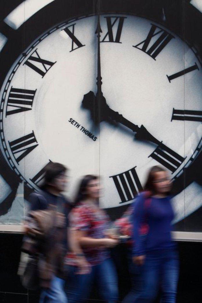 Las razones para mantenerlo de esa forma son porque el horario de verano desincroniza la luz y la hora, además hace que las personas se duerman más tarde, por lo que mientras menos horas duerman, menor rendimiento tienen (Foto: Cuartoscuro)