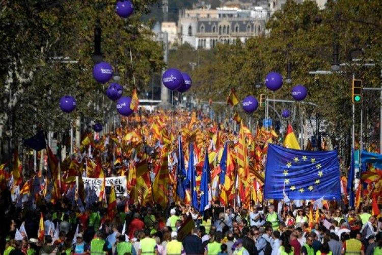 Las banderas de la Unión Europea, bloque que no reconoce la independencia catalana, también se destacan en la marcha (AFP)