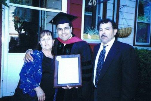 Con su título de Medicina junto a sus padres, Flavia Hinojosa y Sóstenes Quiñones. (Gentileza clínica Mayo)
