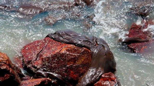 Petróleo derramado en una playa en Aracaju, estado de Sergipe. Las autoridades están en alerta (AFP)