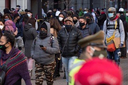 Ciudadanos hacen fila frente a una de las oficinas de las Administraciones de Fondos de Pensiones (AFP) para hacer retiros parciales de sus ahorros, en Santiago (Chile). EFE/Alberto Valdés/Archivo
