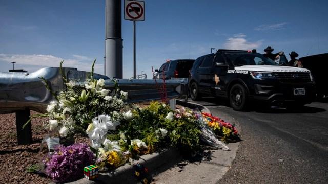 La gente dejó flores cerca del Walmart donde 20 personas fueron asesinadas el sábado (Adriana Zehbrauskas / The New York Times)
