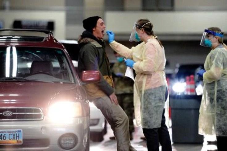 Un testeo por coronavirus en Dakota del Norte, Estados Unidos (REUTERS/Bing Guan)