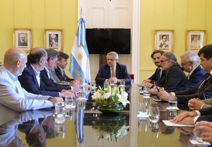 El presidente de la Nación y los representantes del campo, en la reunión que mantuvieron en los primeros días de su gestión