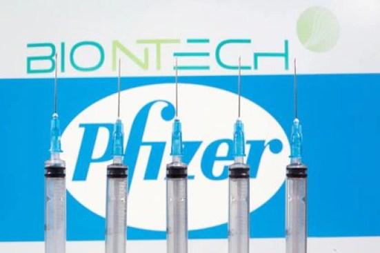 FOTO DE ARCHIVO: Jeringas médicas frente a los logotipos de BioNTech y Pfizer en esta imagen de ilustración tomada el 10 de noviembre de 2020. REUTERS/Dado Ruvic