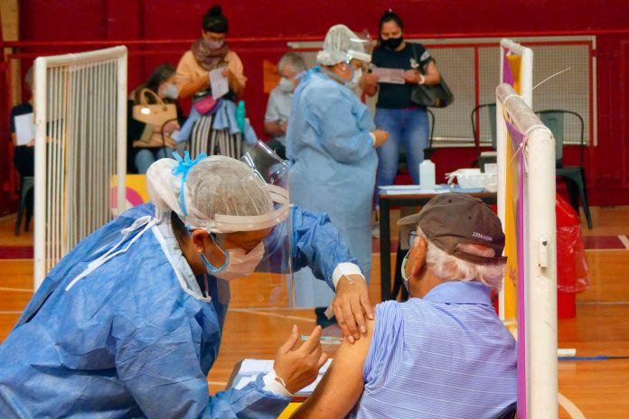 En Argentina el plan de vacunación avanza lentamente debido a la escasez de vacunas (EFE/Enrique García Medina/Archivo)
