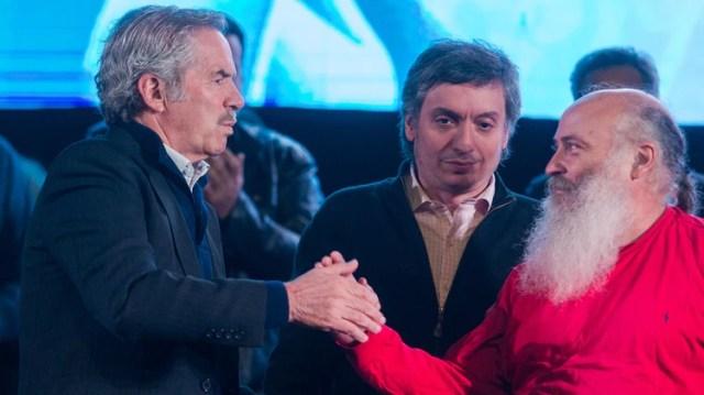 Felipe Solá, Máximo Kirchner y Emilio Pérsico en la marcha de antorchas por los 100 años de Evita
