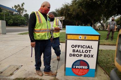 Trabajador de Los Angeles instalando un dispositivo de voto por correo afuera de la biblioteca pública, en Los Angeles, California, EEUU.  REUTERS/Lucy Nicholson/File Photo