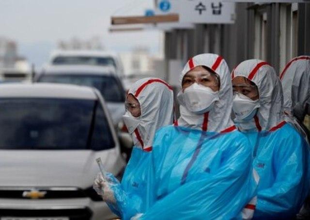 Personal médico con equipo de protección trabaja en un centro de pruebas de coronavirus en Daegu, Corea del Sur, el 3 de marzo de 2020 (Reuters/ Kim Kyung-Hoon/ Foto de archivo/ Foto de archivo)