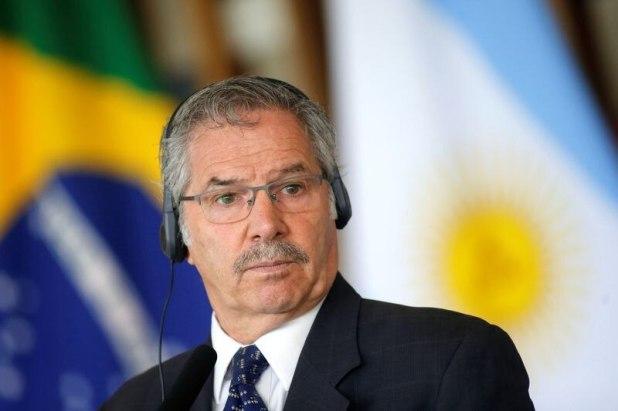 El ministro de Relaciones Exteriores de Argentina, Felipe Sola, durante una conferencia de prensa. La Cancillería debió desmentir que fuera a derogar acuerdos históricos con el Reino Unido (Reuters)